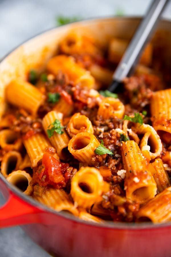 ein roter Gusseisentopf mit one pot pasta mit hackfleischsauce