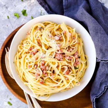 Teller gefüllt mit Spaghetti Carbonara