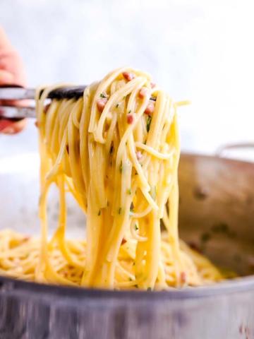 am Schöpfen von Spaghetti Carbonara