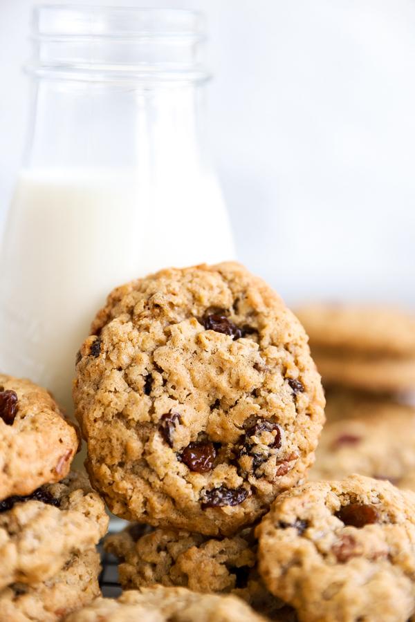Haferflocken cookie an einer Flasche mit Milch