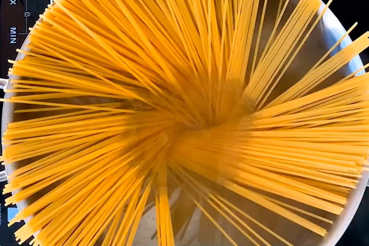 rohe Spaghetti in Topf mit Wasser
