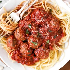 Nahaufnahme von Hackbällchen in Tomatensauce auf Spaghetti