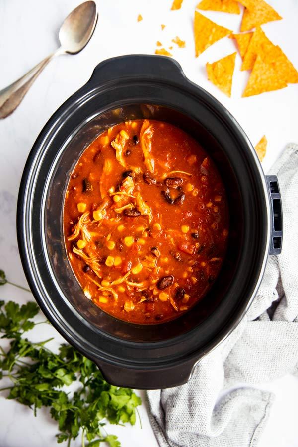 slow cooker gefüllt mit mexikanischer Hühnersuppe