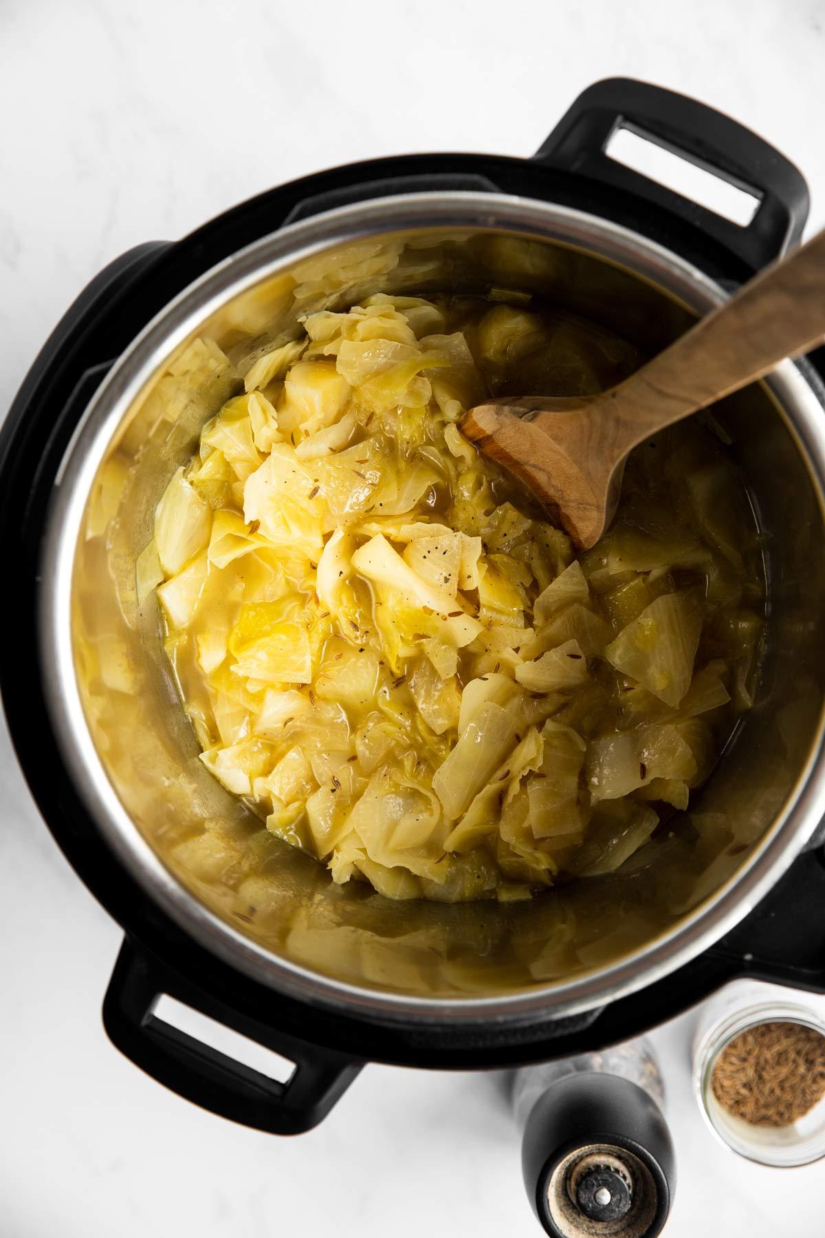 Instant Pot mit geschmortem Weisskohl von Oben