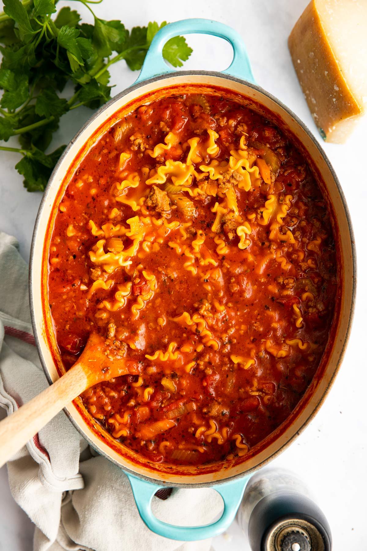 Topf mit Lasagnesuppe von Oben