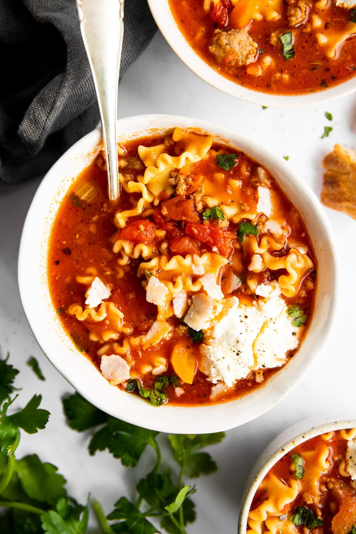 drei Schalen mit Lasagne Suppe