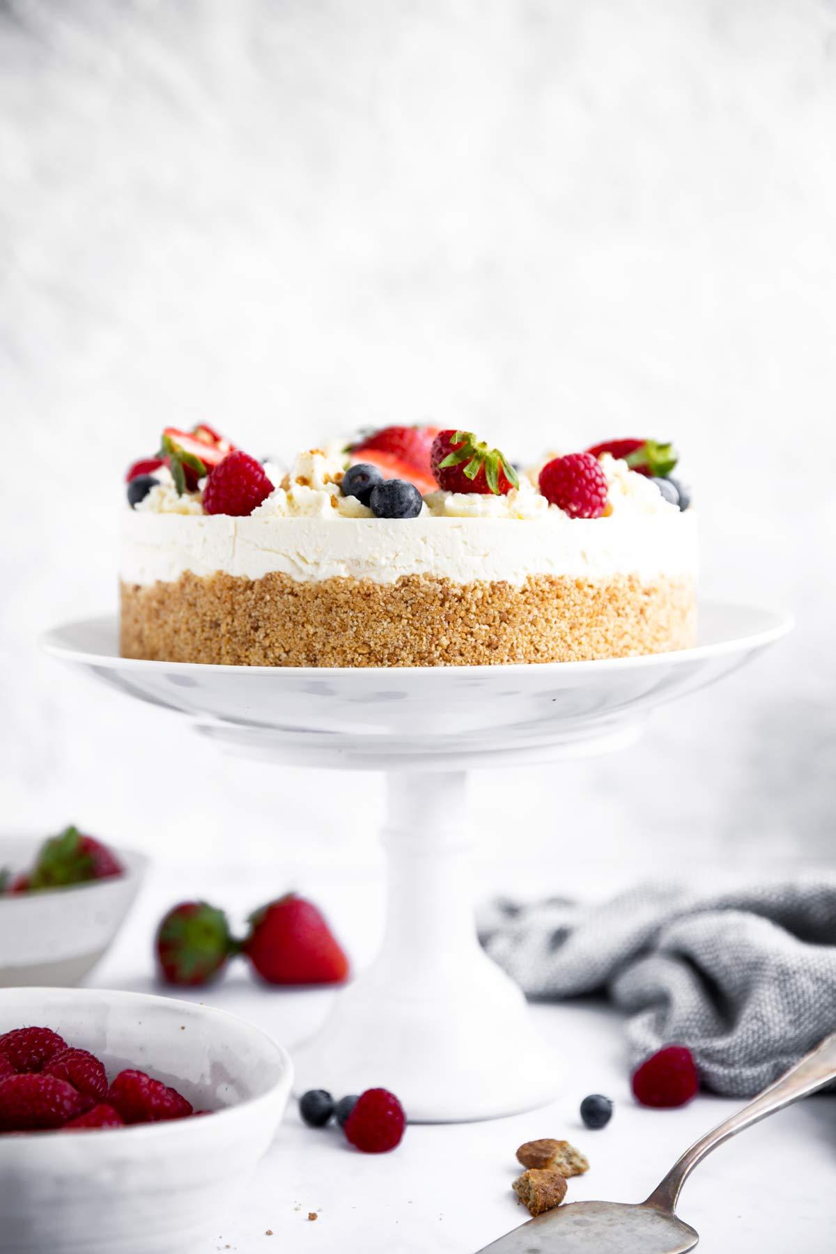 Cheesecake auf einer Tortenplatte