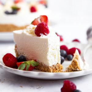 Stück Cheesecake auf einem Teller, mit einer Gabel