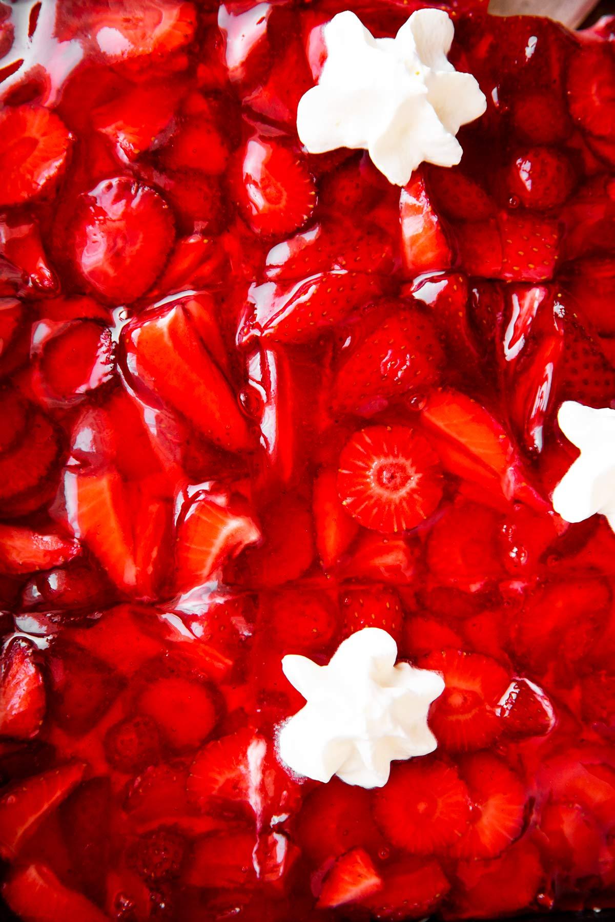 Nahaufnahme von Erdbeerkuchen von Oben