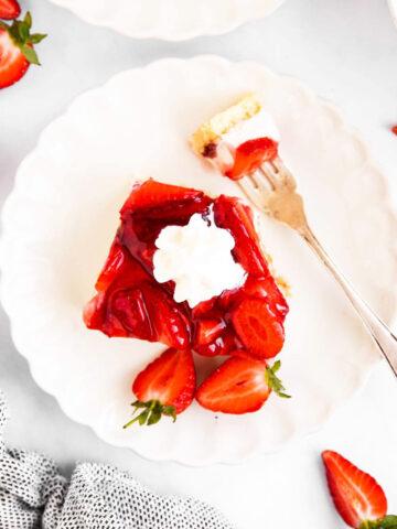 Stück Erdbeerkuchen auf Teller von Oben