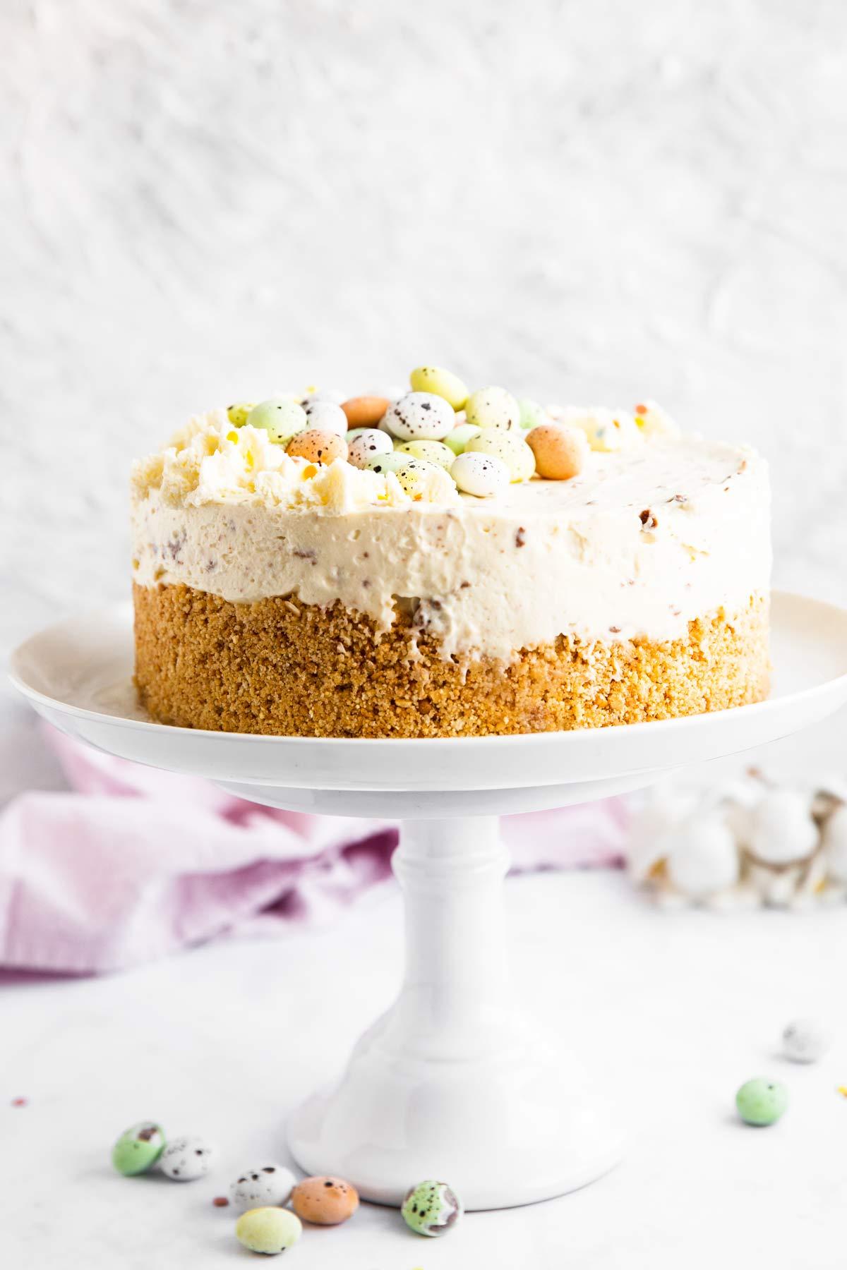 Oster-Cheesecake auf einer Tortenplatte