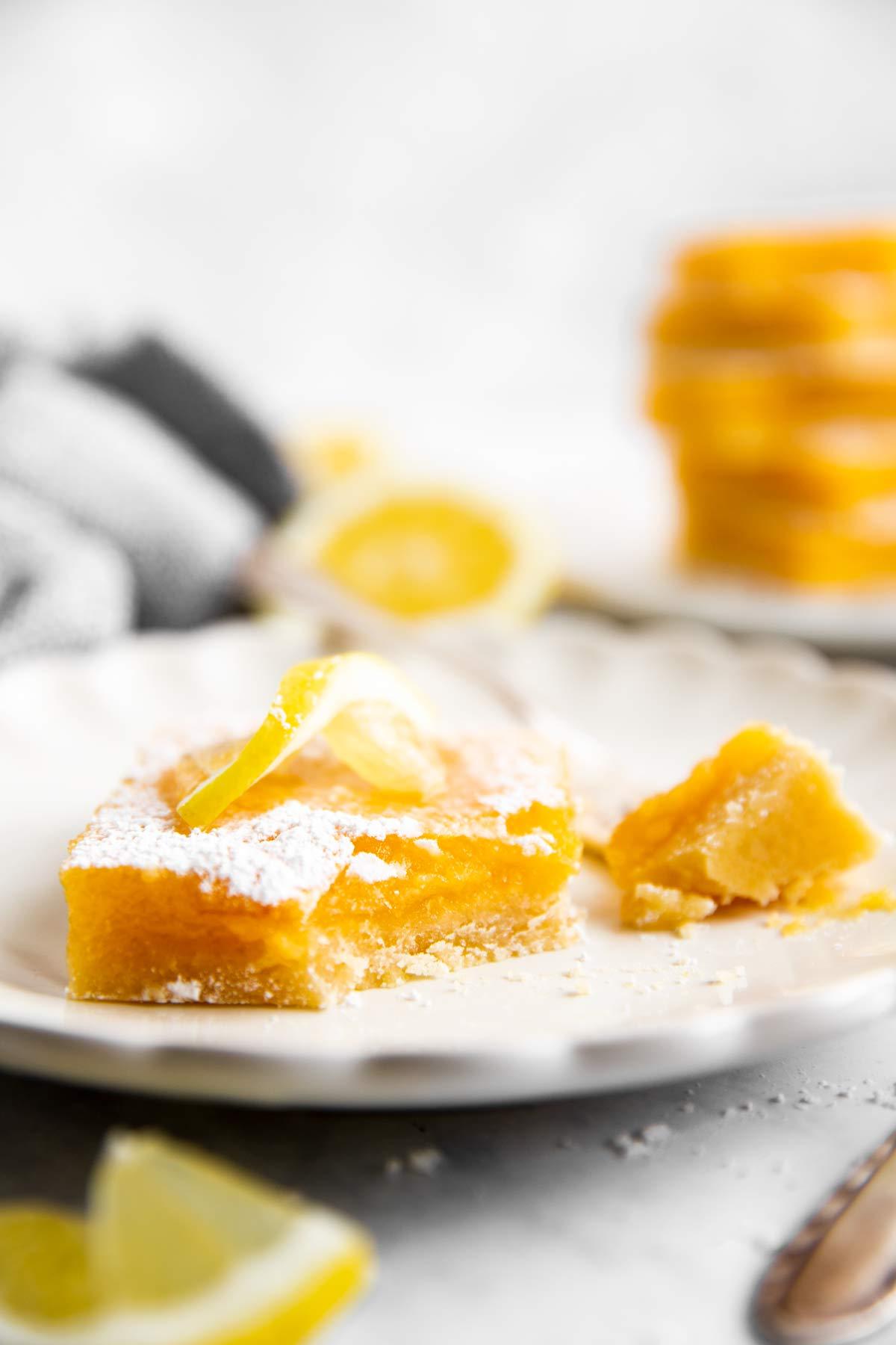 Zitronenschnitte auf einem Teller mit Gabel