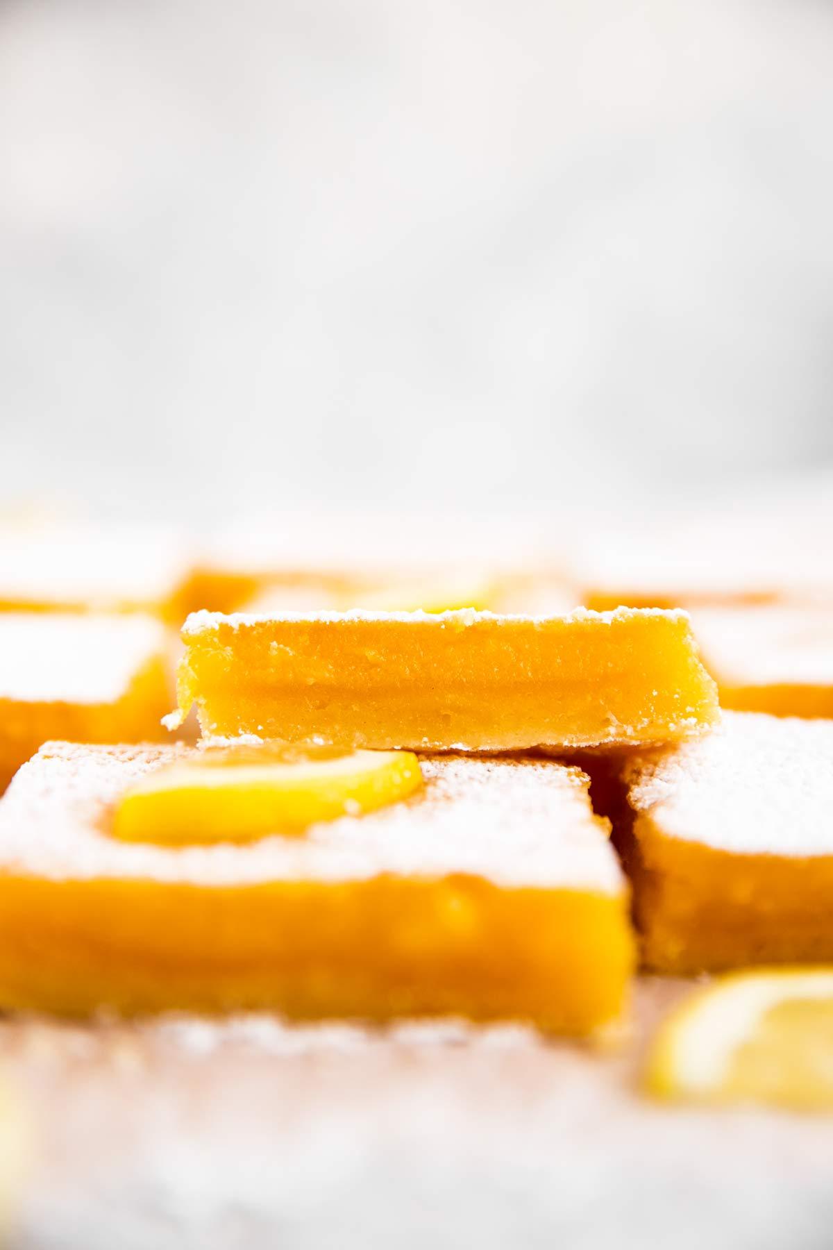 Sicht von Vorne auf Zitronenschnitten