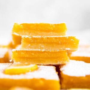 Stapel von drei Zitronenschnitten