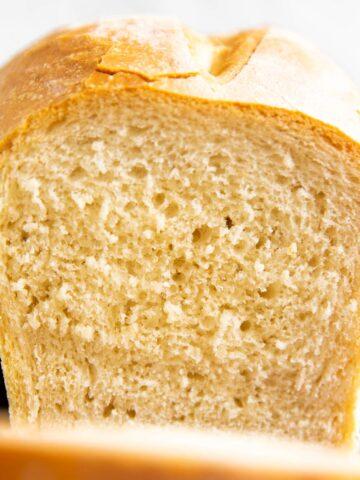 aufgeschnittener Laib Brot