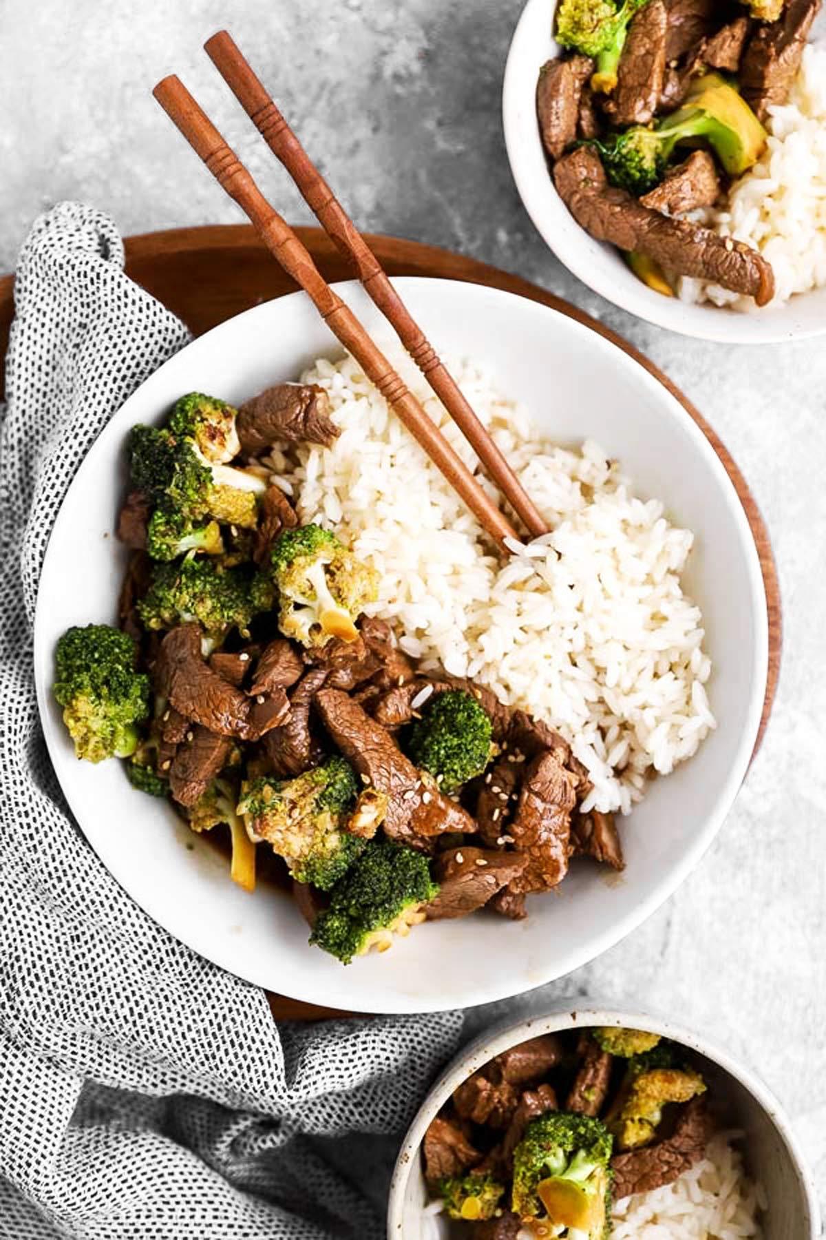 drei Teller mit Rindergeschnetzeltem, Brokkoli und Reis von Oben