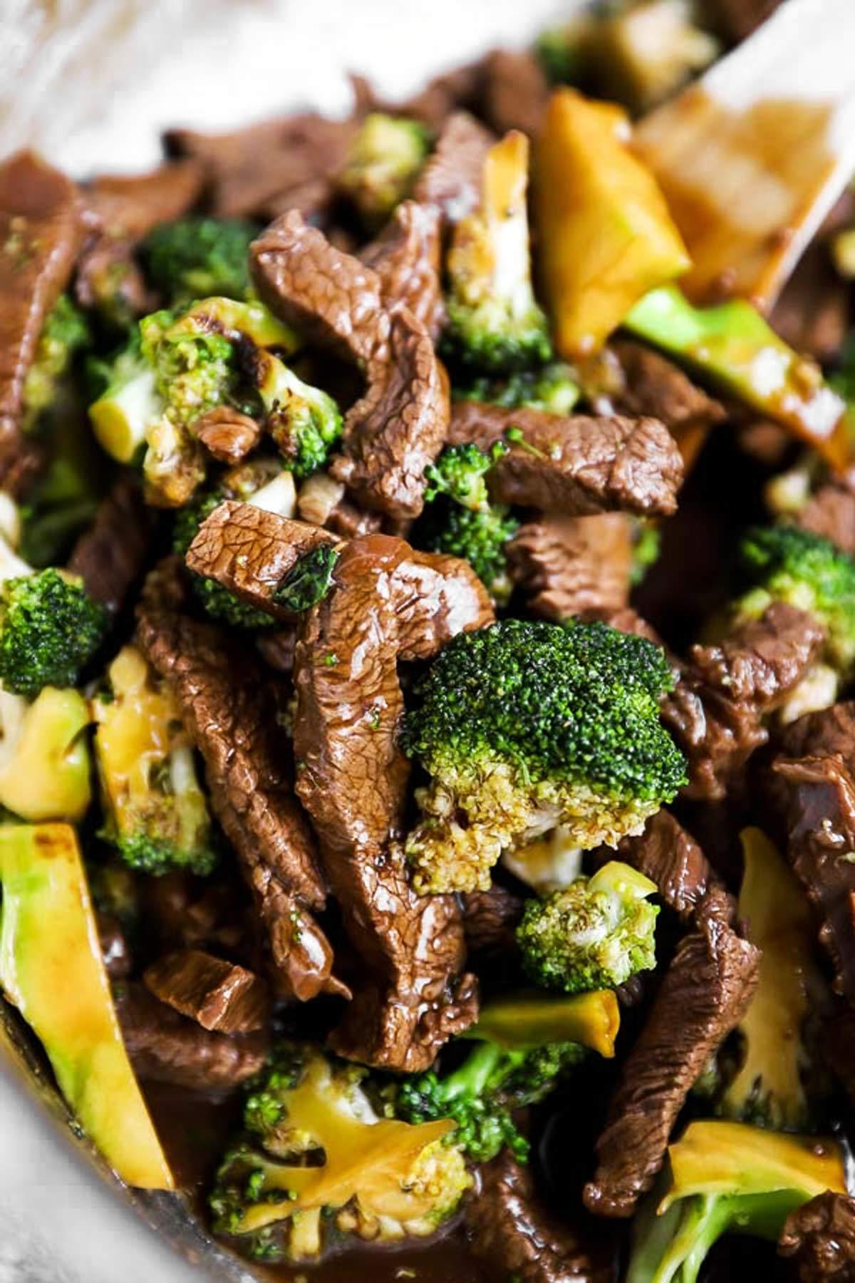 Nahaufnahme von Rindergeschnetzeltem mit Brokkoli in Asia-Sauce