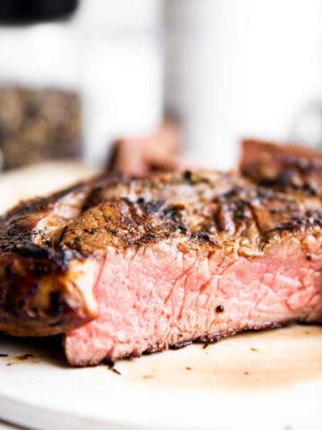 aufgeschnittenes Steak auf einer Platte