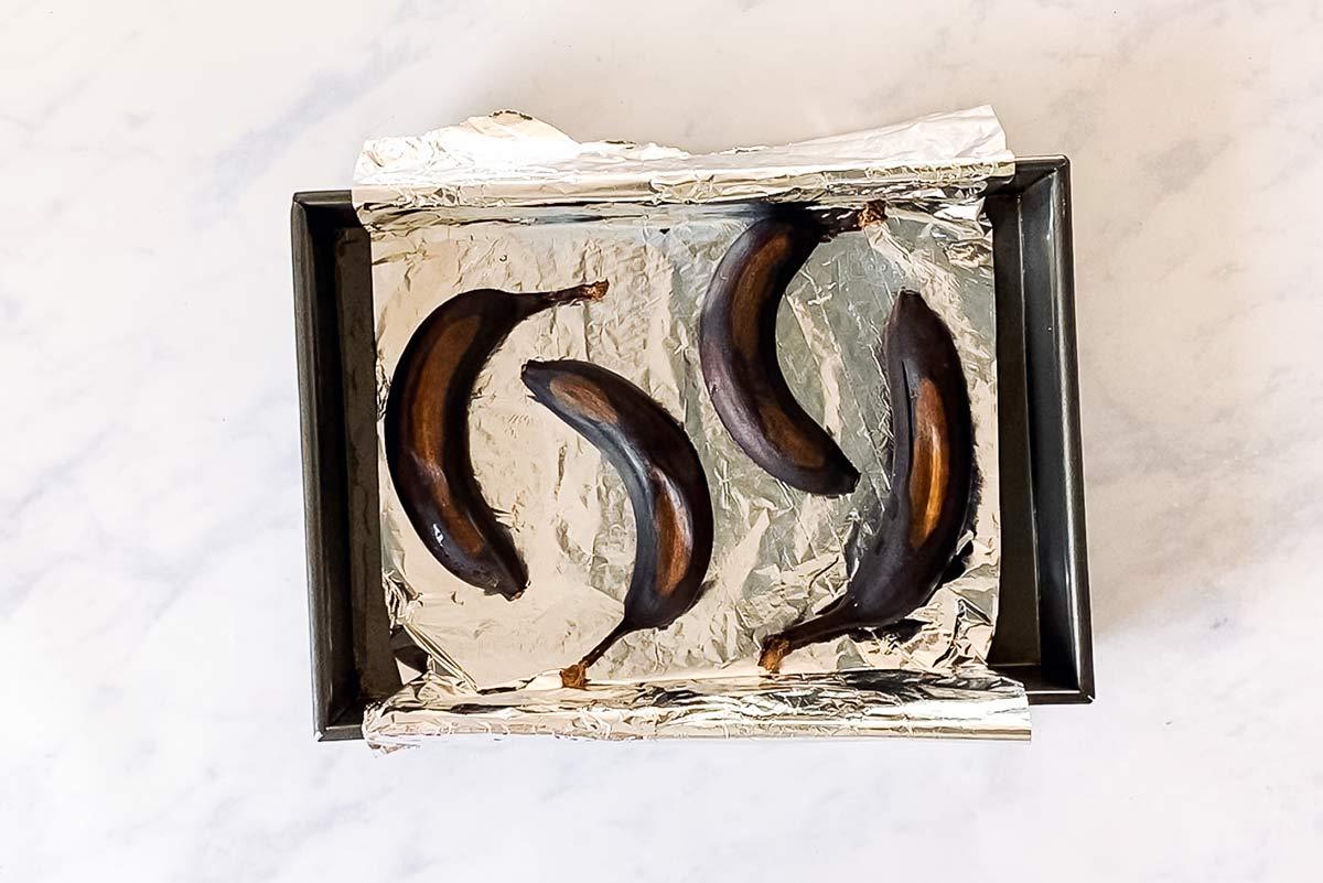 reife Bananen auf Backblech