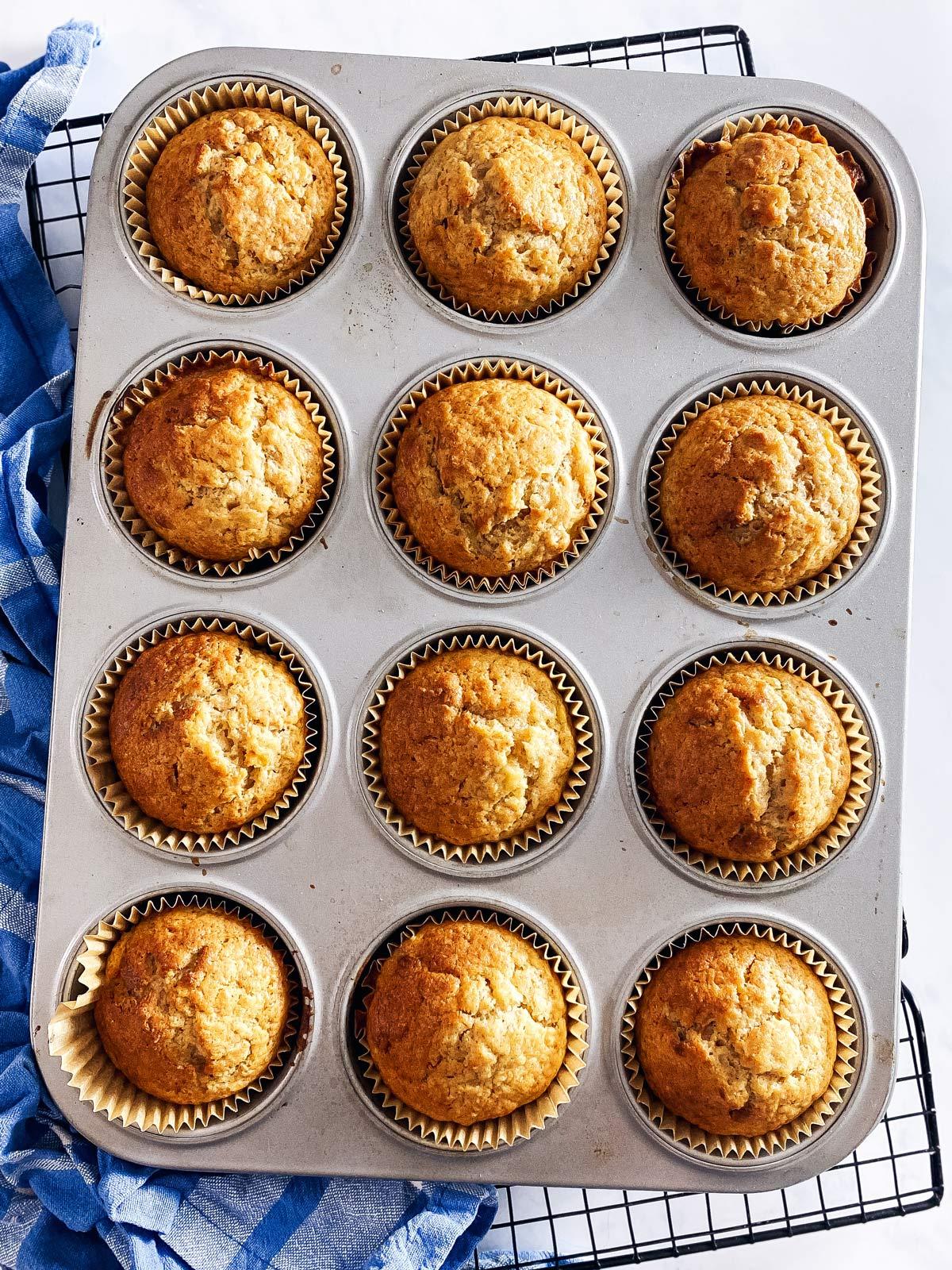 Muffinblech mit gebackenen Bananenmuffins
