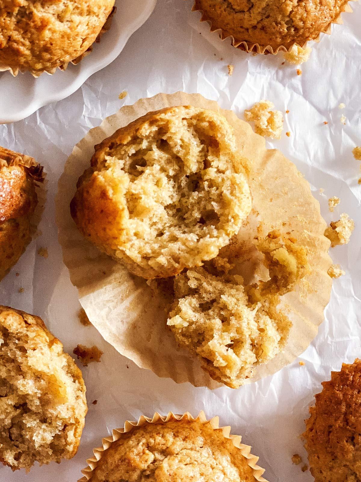 angebrochener Bananenmuffin auf einem Muffinpapier