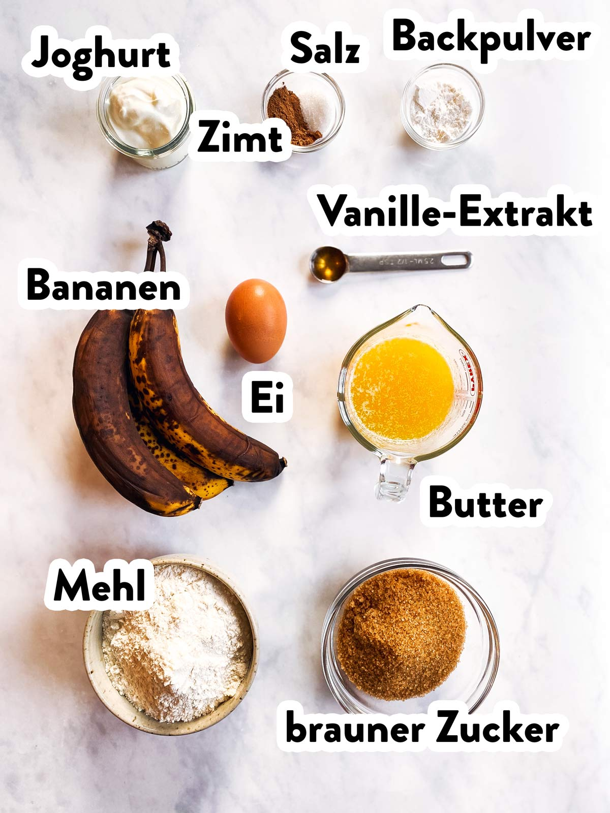 Zutaten für Bananenmuffins mit Beschriftung