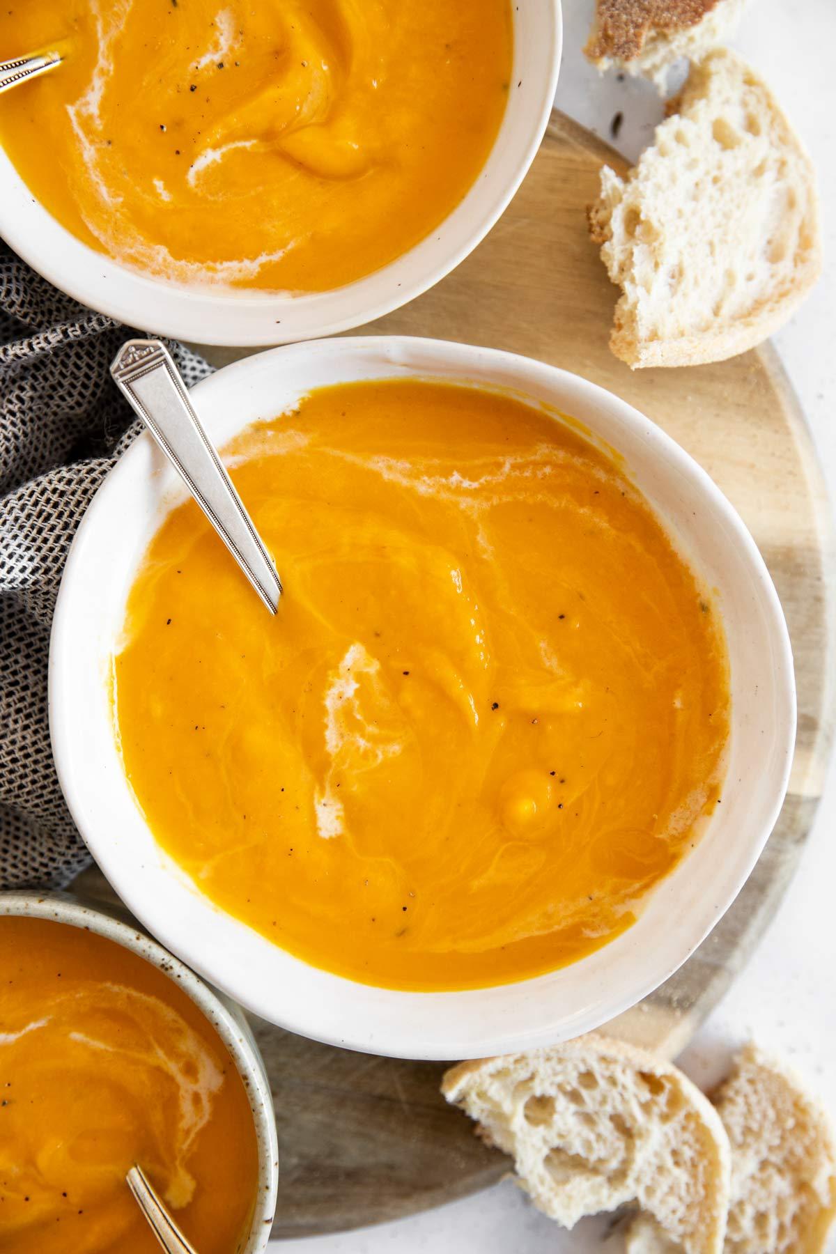 weisse Schale mit Kürbissuppe