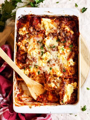 weisse Ofenform mit Ravioli Lasagne von Oben